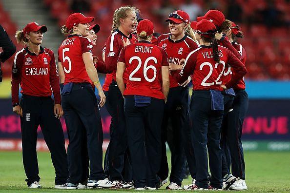 इंग्लैंड ने लगातार तीसरी जीत के साथ सेमीफाइनल में जगह बनाई