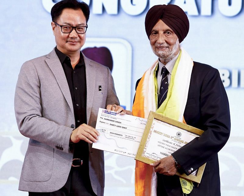 Harbinder Singh (right) receives Lifetime Achievement Award from Kiren Rijiju (left)