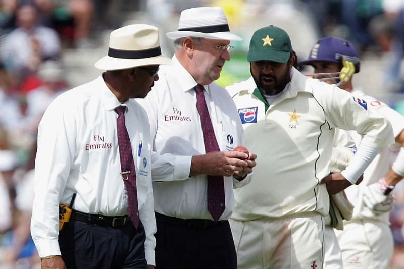 Pakistan captain Inzamam-ul-Haq in conversation with officials Darell Hair and Billy Doctrove