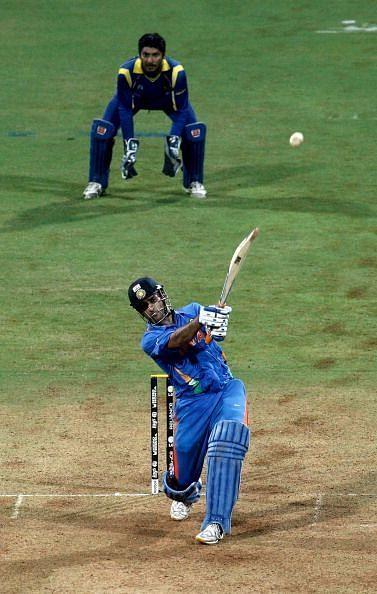 भारत को छक्का लगाकर जीत दिलाते हुए धोनी