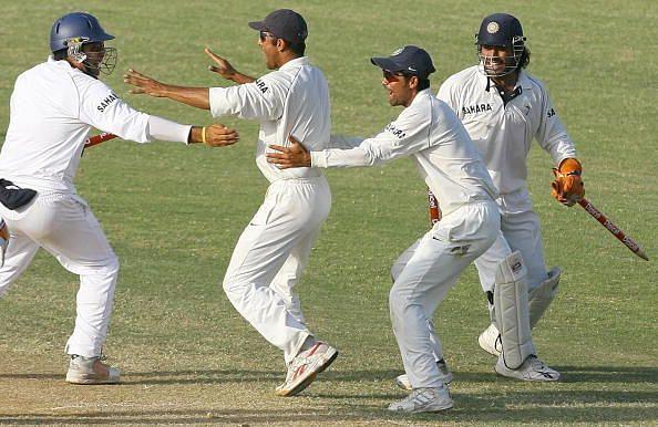 भारतीय टीम चौथा और आखिरी टेस्ट जीतने के बाद सेलिब्रेट करते हुए भारतीय खिलाड़ी