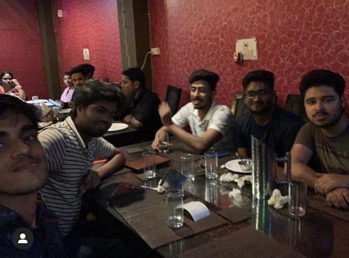 Maxtern उनके दोस्तों के साथ नॉर्थ इंडियन होटल में