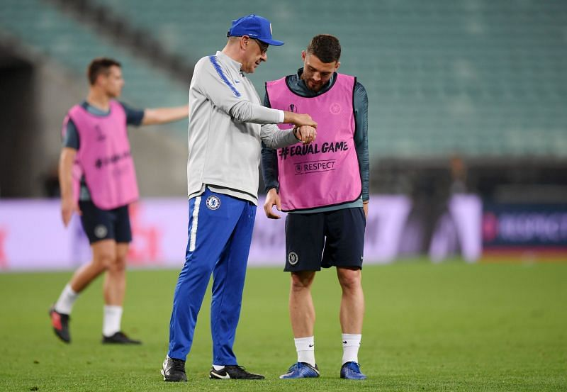 Maurizio Sarri giving instructions to Mateo Kovacic before the 2019 Europa League Final