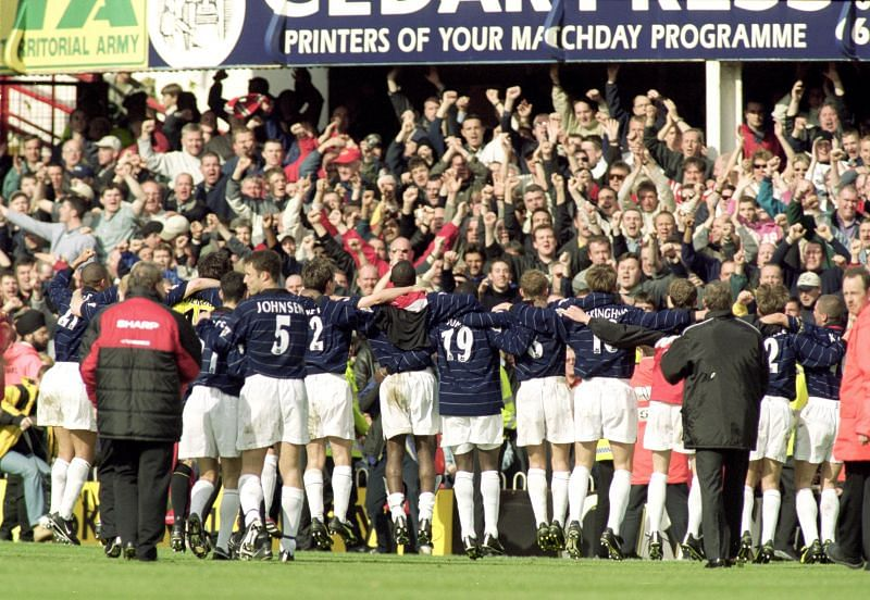 Manchester United players celebrate winning the 2000 Premier League