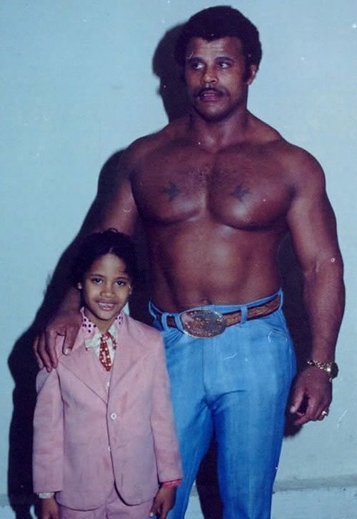 द रॉक अपने पिता के साथ