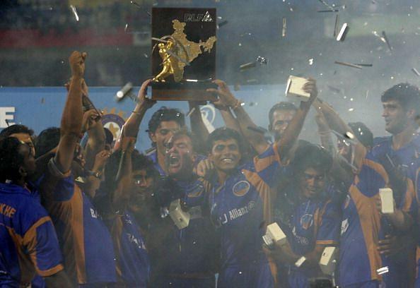 राजस्थान रॉयल्स की टीम ट्रॉफी जीतने के बाद