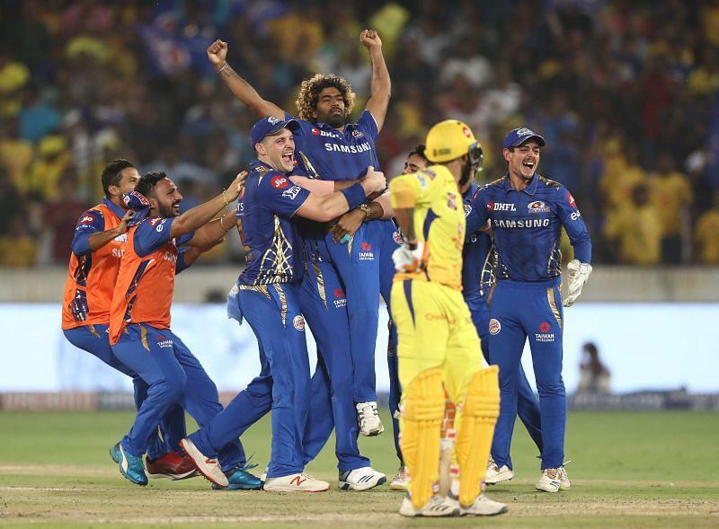 मुंबई इंडियंस के खिलाड़ी फ़ाइनल जीतने के बाद जश्न मनाते हुए