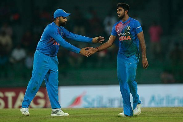 Vijay Shankar (R) was unable to finish off the match for India in the final of the Nidahas Trophy