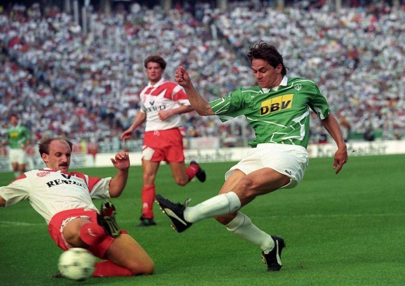 Werder Bremen (green and white) in the 1992-93