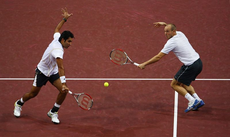 Aisam-ul-Haq Qureshi (L) during one of his doubles matches against Roger Federer