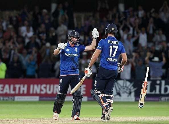 इंग्लैंड ने आखिरी गेंद पर छक्का लगाते हुए मैच को टाई कराया