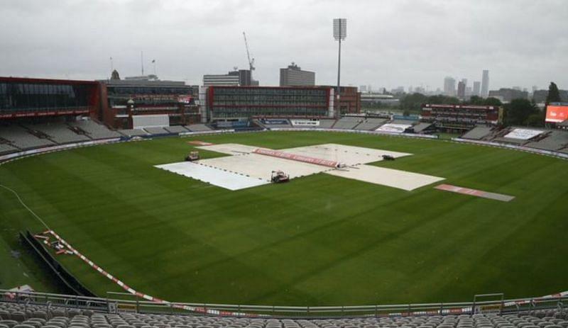 बारिश के कारण ढका हुआ मैदान
