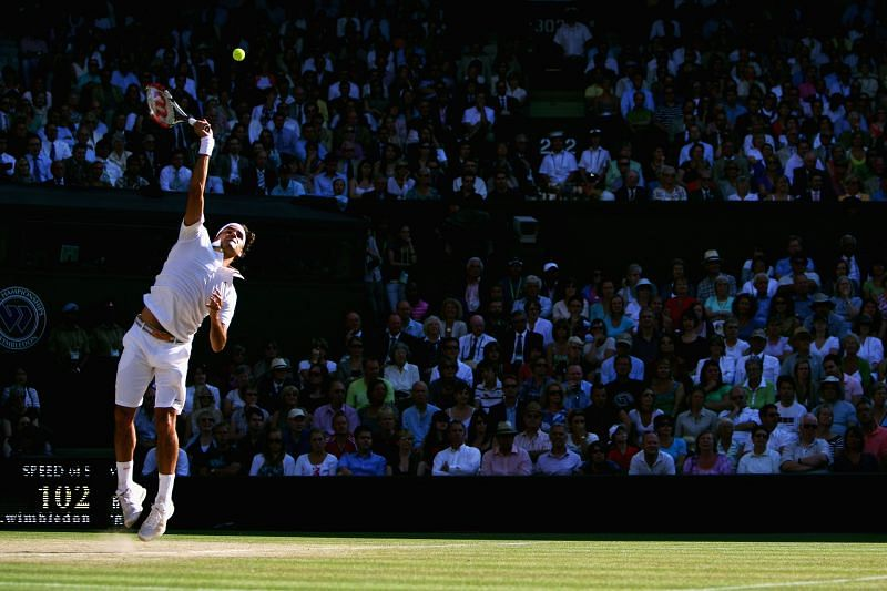 Roger Federer serves to Andy Roddick in the 2009 Wimbledon final