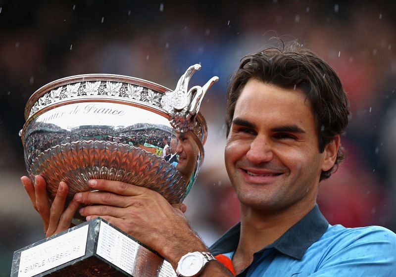 Roger Federer poses with the 2009 French Open trophy