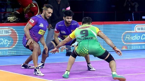 Ravinder Pahal (left) is one of the top right-corner defenders in the PKL.