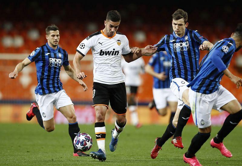 Ferran Torres of Valencia runs with the ballagainst Atalanta - UEFA Champions League