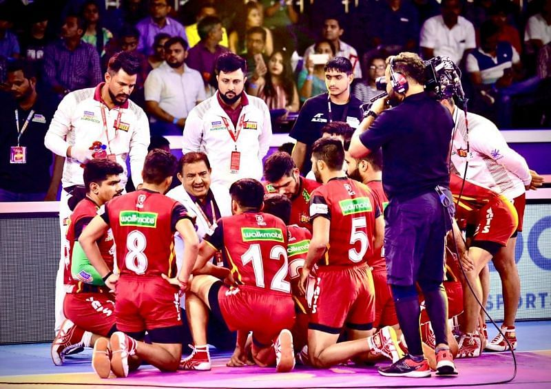 Dr Yadav with the Bengaluru Bulls team