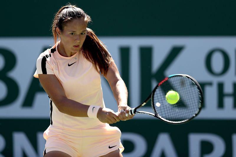Daria Kasatkina plays a backhand