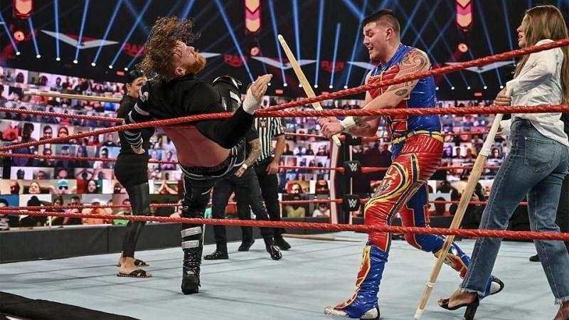 इस हफ्ते Raw के मेन इवेंट में सभी को पूरी तरह से हैरान कर दिया