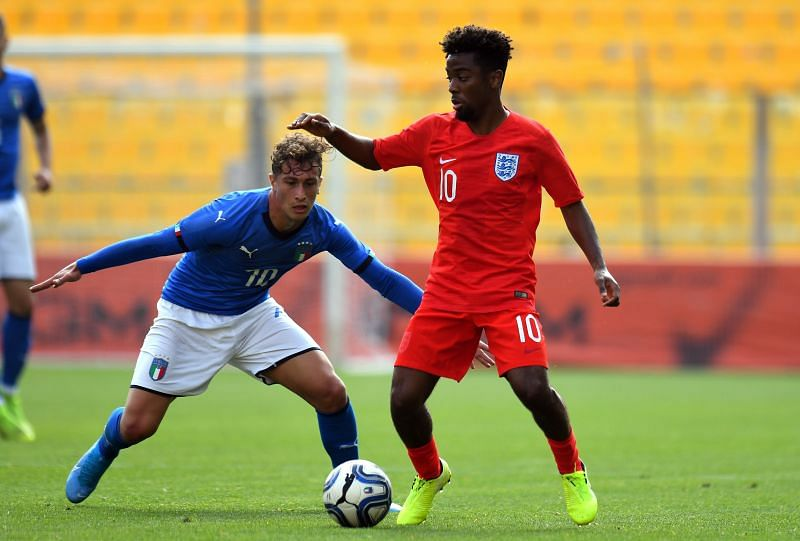 Salvatore Esposito of Italy U20 competes for the ball with Angel Gomes of England U20