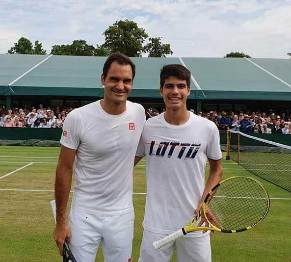 Carlos Alcaraz (L) and Roger Federer