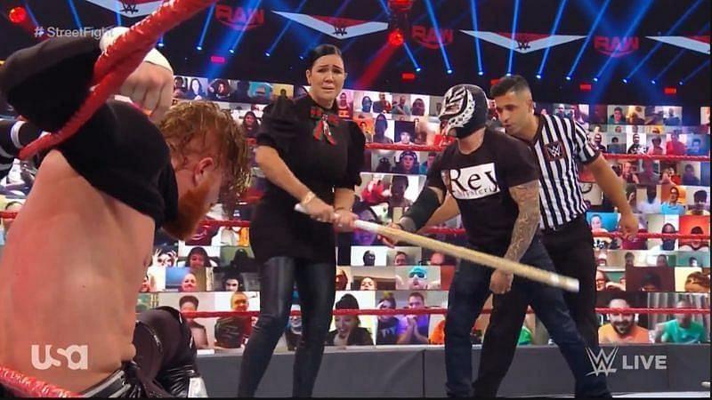 Raw के मेन इवेंट में परिवार के चार सदस्यों ने मिलकर एक सुपरस्टार की जबरदस्त धुनाई की
