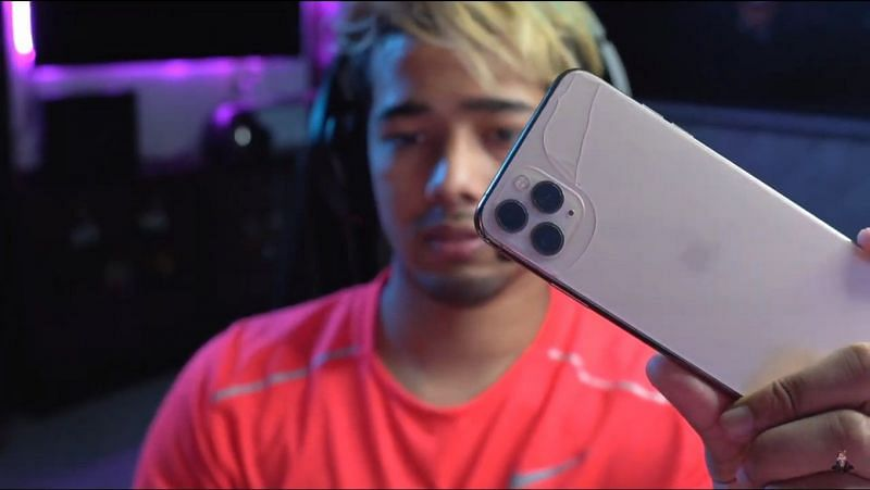Scout showing his broken iPhone to his viewers (Image credit: Sc0ut/YT)