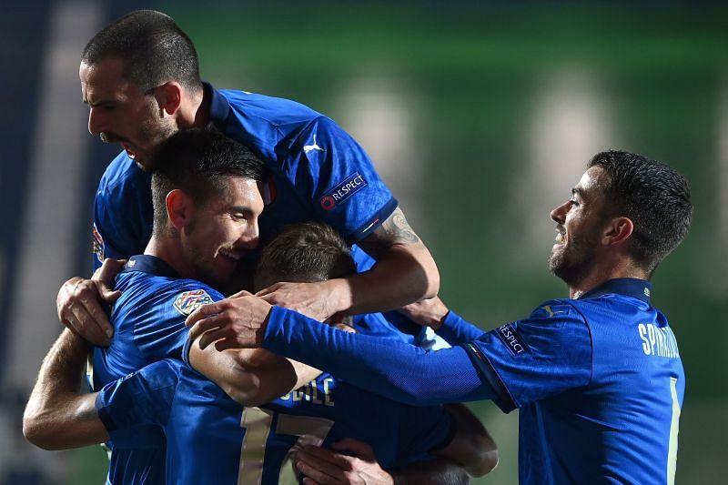 The Italy players celebrate Lorenzo Pellegrini