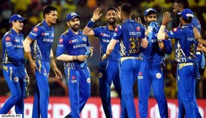 मुंबई इंडियंस की टीम जश्न मनाते हुए