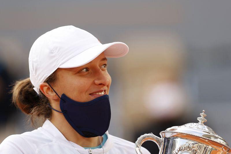 Iga Swiatek with the 2020 Roland Garros trophy