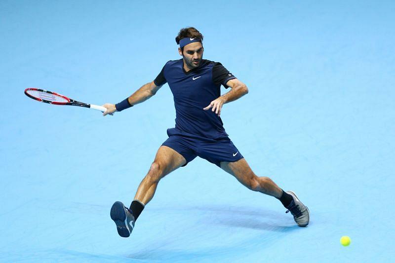 Roger Federer measuring up a forehand