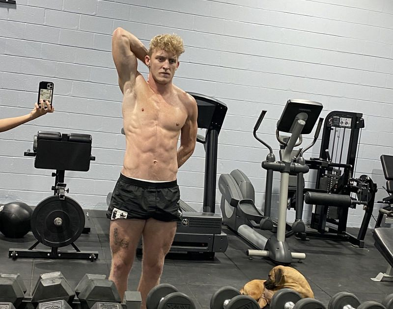 Tfue showing off his physique in a recent Twitter post (Image Credits: Tfue)