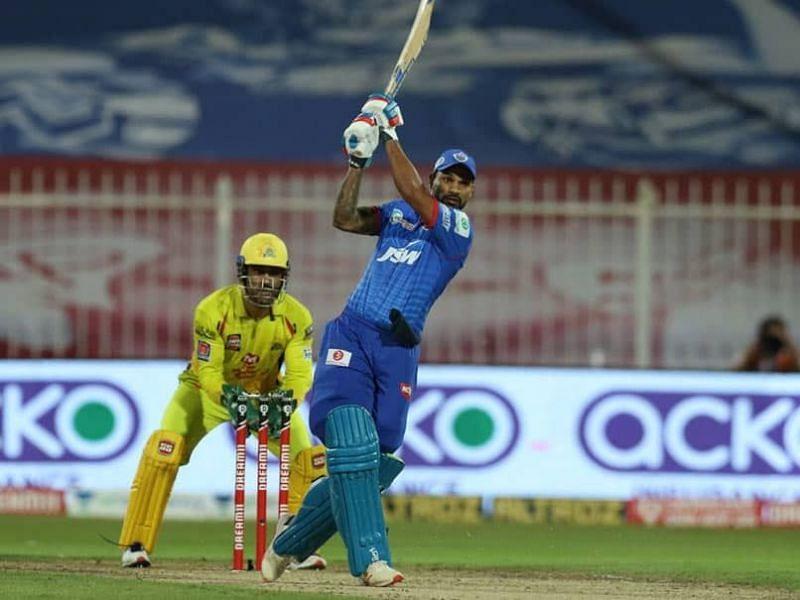 शिखर धवन चेन्नई के खिलाफ अपनी शतकीय पारी के दौरान शॉट खेलते हुए