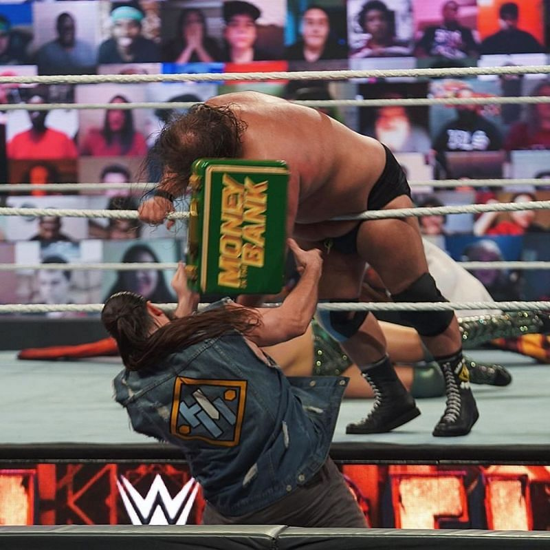 हैल इन ए सैल में द मिज ने ओटिस को हराया।