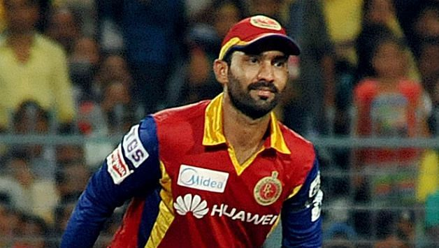 Royal-Challengers-Bangalore-RCB-wicketkeeper-Dinesh-Karthik-in-action