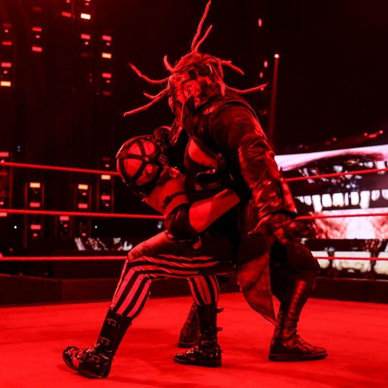 Raw में द फीन्ड ने रेट्रीब्यूशन के सभी मेंबर्स पर अटैक किया और अंत में टी-बार को सिस्टर एबीगेल दे दिया