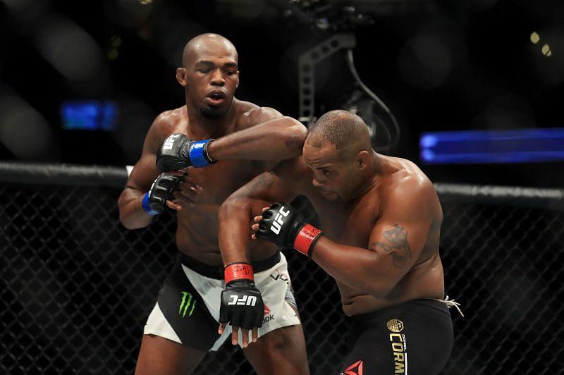 Jon Jones elbows Daniel Cormier at UFC 214