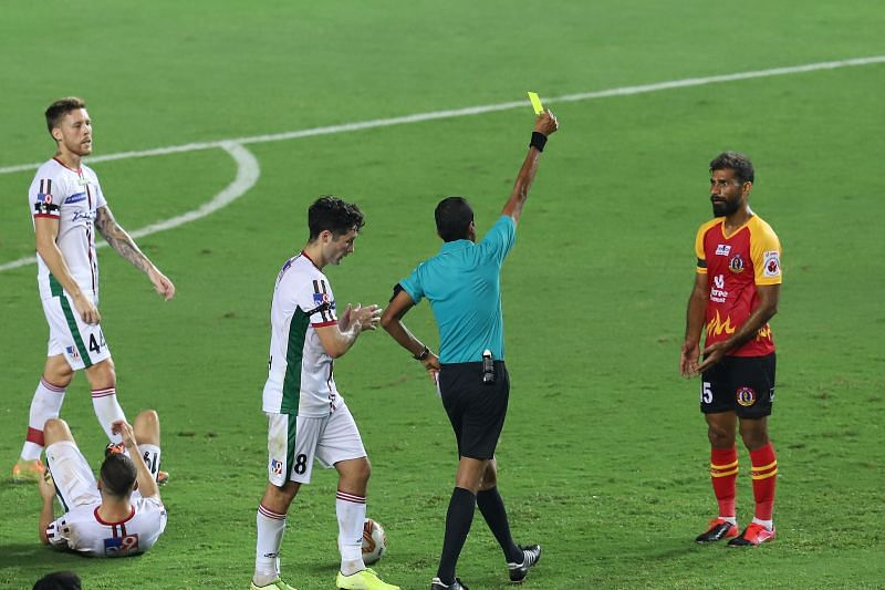 The referee shows yellow card to SC East Bengal striker Balwant Singh (Courtesy: ISL)