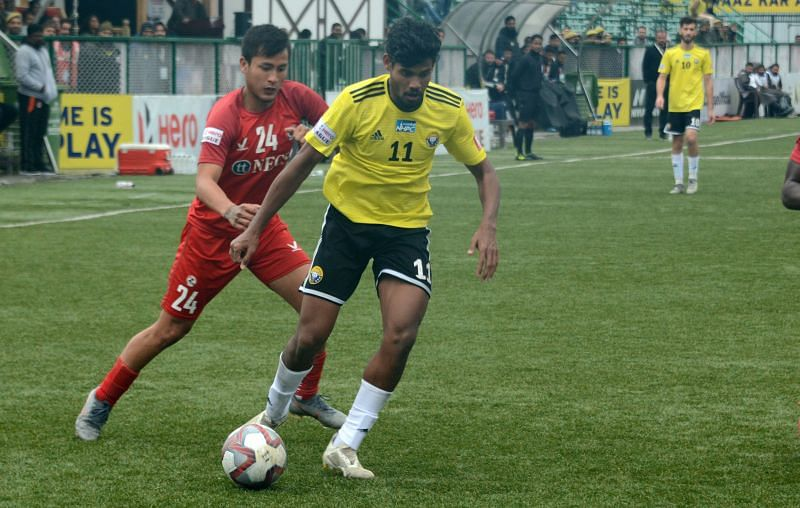 Ritwik Das in action against Aizawl FC (pic courtesy I-League)
