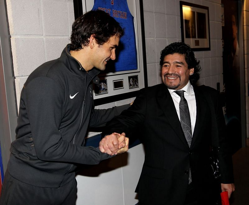 Roger Federer (L) and Diego Maradona meeting at the ATP Finals in 2009.