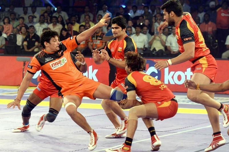 Pardeep Narwal (center) made his debut for Bengaluru Bulls