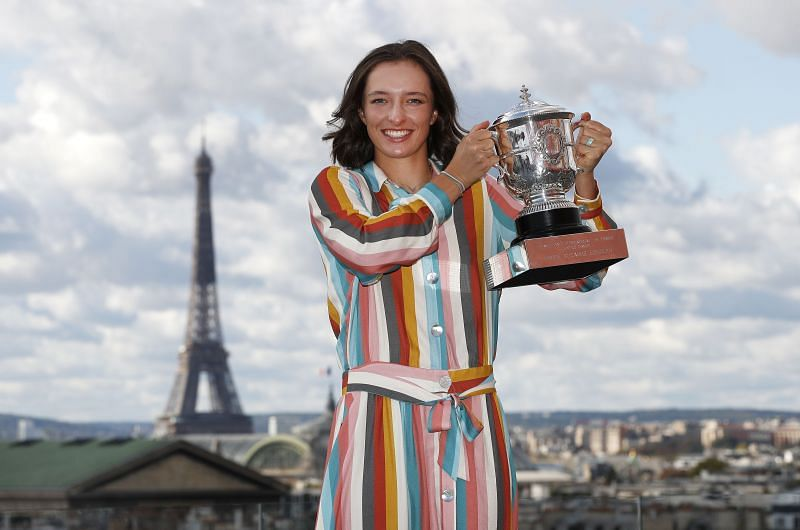 Iga Swiatek with the Suzanne Lenglen Cup following her win at the 2020 French Open in October