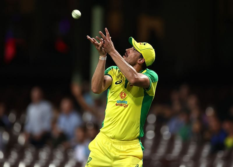 Starc takes a catch to dismiss Hardik Pandya off Adam Zampa