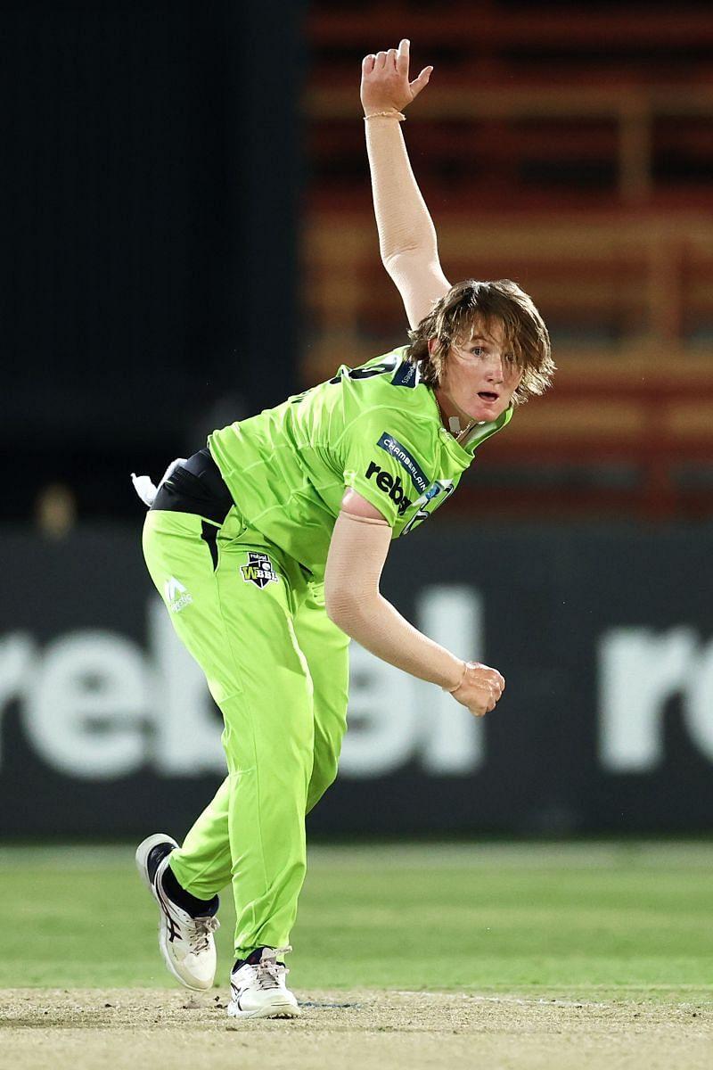 Sammy-Jo Johnson in action for the Sydney Thunder.