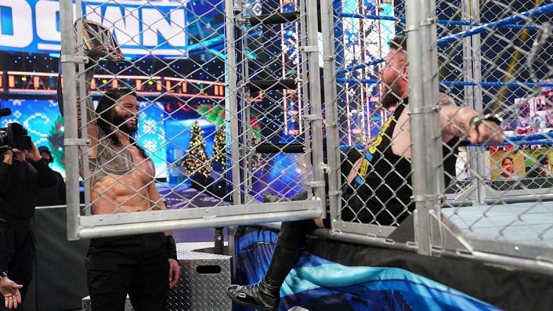 WWE SmackDown में यूनिवर्सल चैंपियनशिप के लिए रोमन रेंस और केविन ओवेंस के बीच हुआ स्टील केज मैच