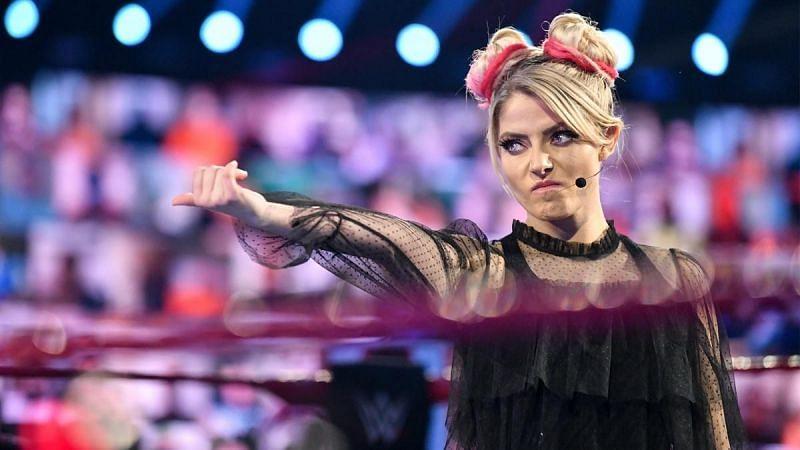 WWE RAW के दौरान रिंग में मौजूद एलेक्सा ब्लिस