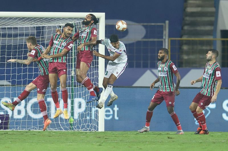 Sandesh Jhingan (centre) fighting for the ball (Courtesy-ISL)
