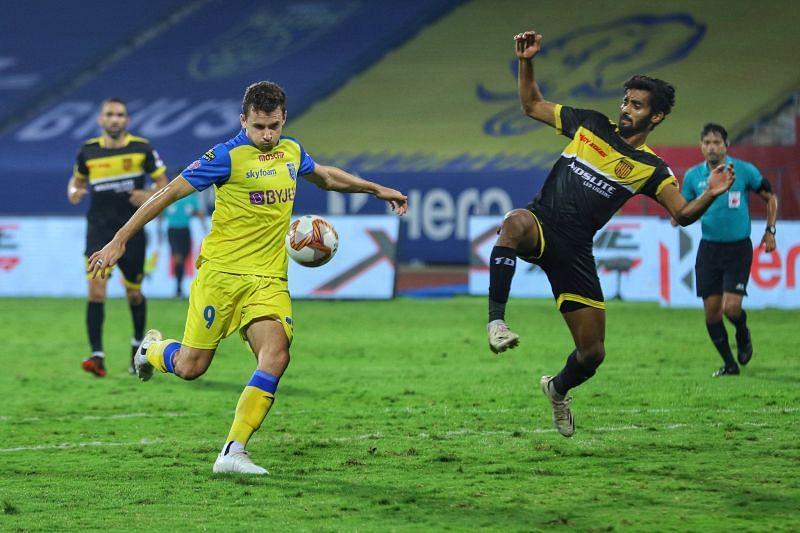 Jordan Murray (L) has performed better than Gary Hooper for the Kerala Blasters in the current ISL season. (Image: Kerala Blasters FC)