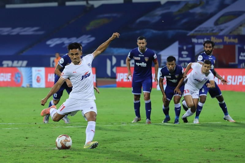 Sunil Chhetri converting a penalty (Image Courtesy: Twitter/@bengalurufc)