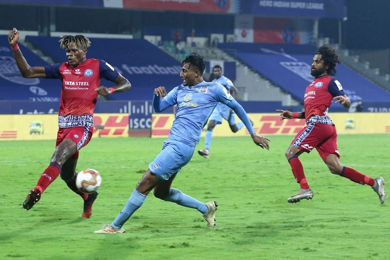 Vignesh (in blue) scored a world-class goal for Mumbai City FC (Image Courtesy: ISL)